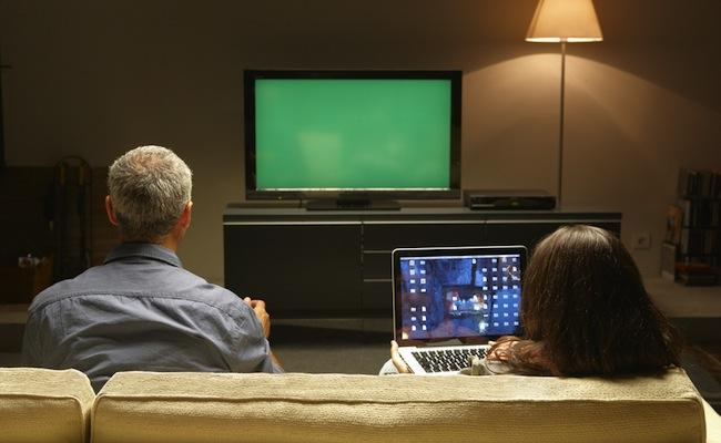 Photo de Plus de 13 millions de Français regardent la télévision sur un autre écran