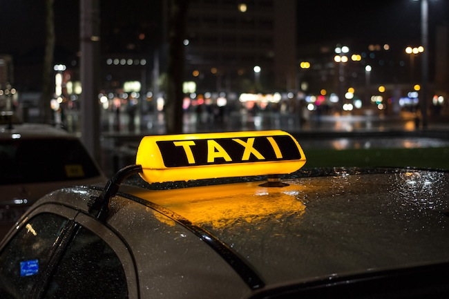 Taxischild bei Nacht und Regen