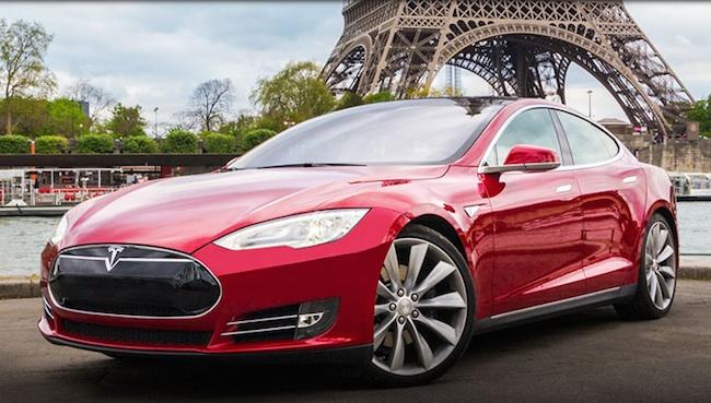 Photo de Tesla Motors met ses brevets sur la place publique