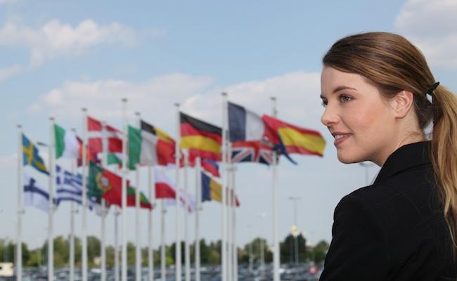 europe-drapeaux-jeune-femme
