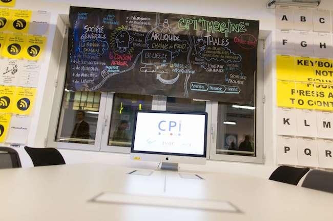 Une zone de l'espace de coworking du NUMA le jour de son inauguration en novembre 2013. Les grandes entreprises peuvent y prendre pieds pour soutenir différentes activités des startups, comme Google et son studio vidéo.