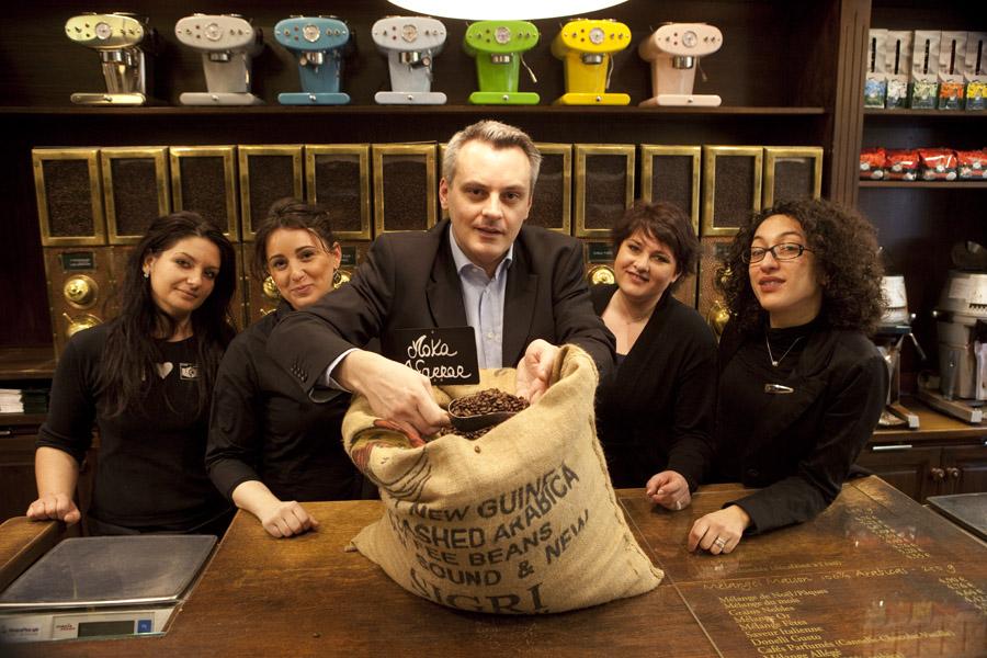 Europe/France/Alsace/Strasbourg: Café Reck:Thomas Riegert avec un sac de café en toile.