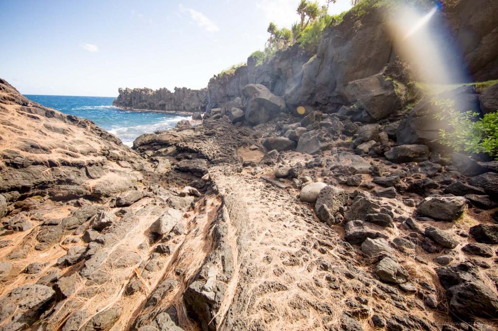 Au Cap Méchand au sud de l'Ile, on peut observer de près les traces des éruptions volcaniques et coulées de lave du passé.