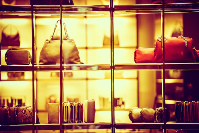 Photo de M-commerce rime avecsport, mode et luxeen France