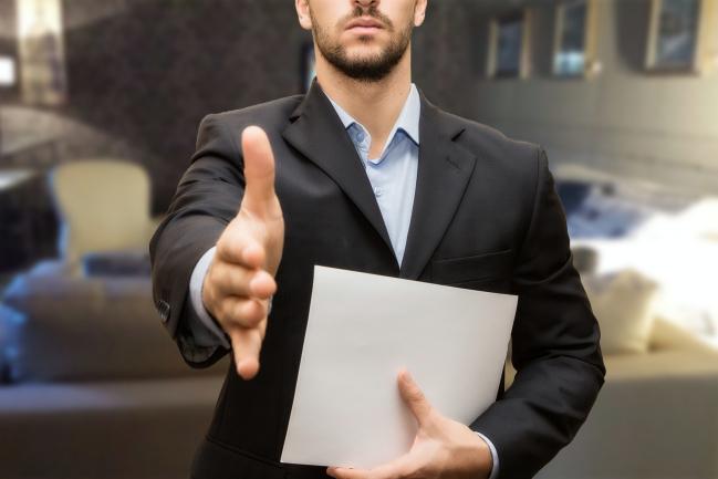 uomo stretta di mano per firma di contratto di lavoro e collaborazioni