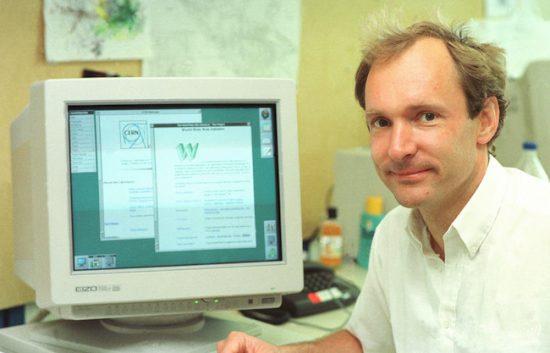 Tim Berners Lee au CERN en 1994. Attribution 2.0 Generic