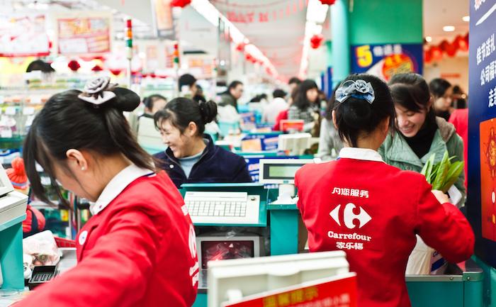 Carrefour réduit les coûts, investit le digital, s'ouvre en Chine